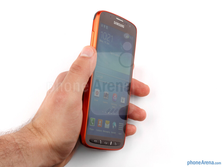 Single-handed use of the Samsung Galaxy S4 Active may be a challenge - Samsung Galaxy S4 Active Preview