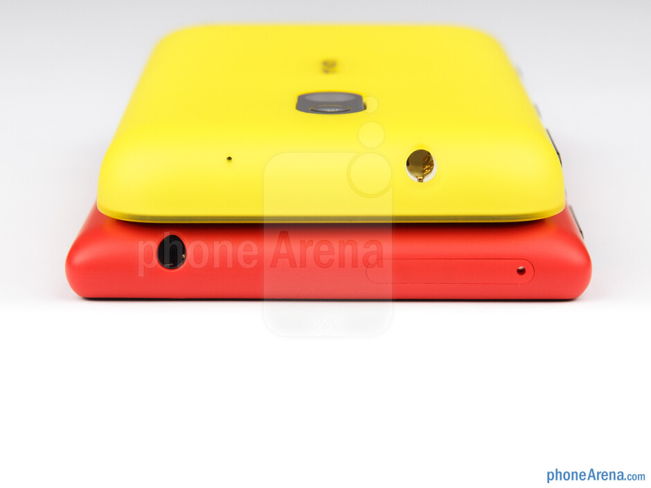 Top - The sides of the Nokia Lumia 720 (bottom) and the Nokia Lumia 620 (top) - Nokia Lumia 620 vs Nokia Lumia 720