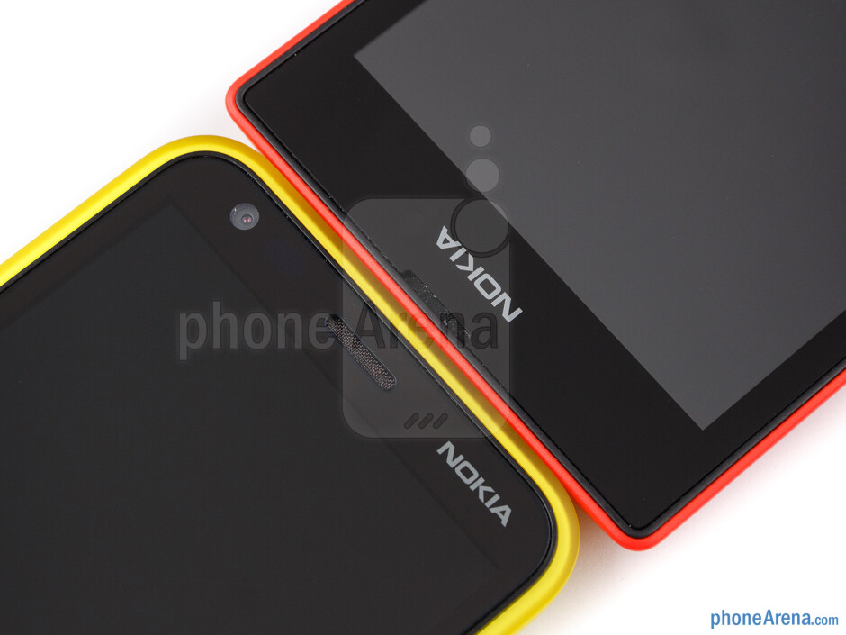 Both the Nokia Lumia 520 (right) and Lumia 620 (left) are made out of plastic and come in different colors - Nokia Lumia 520 vs Nokia Lumia 620