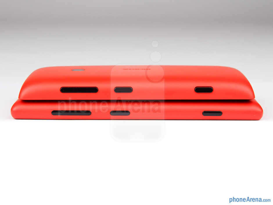 Right - Nokia Lumia 520 (top) and Nokia Lumia 720 (bottom) - Nokia Lumia 520 vs Nokia Lumia 720