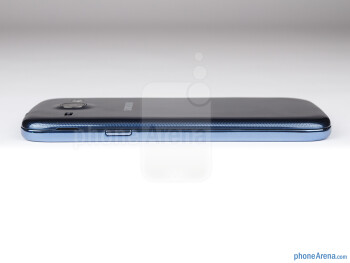 The power buttons resides on the right - Samsung Galaxy Core Preview