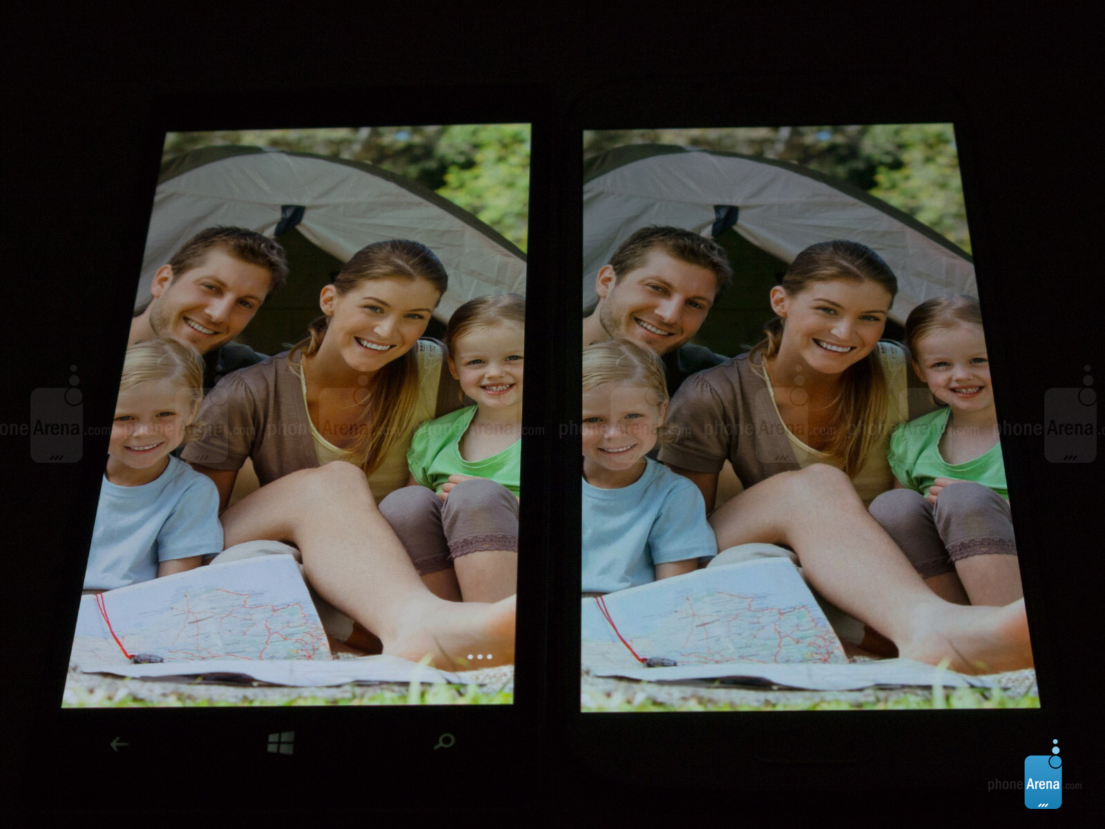 Viewing angles - Nokia Lumia Icon (left) and Samsung Galaxy S4 (right)