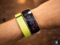 Samsung-Gear-Fit-vs-Fitbit-Flex01.jpg