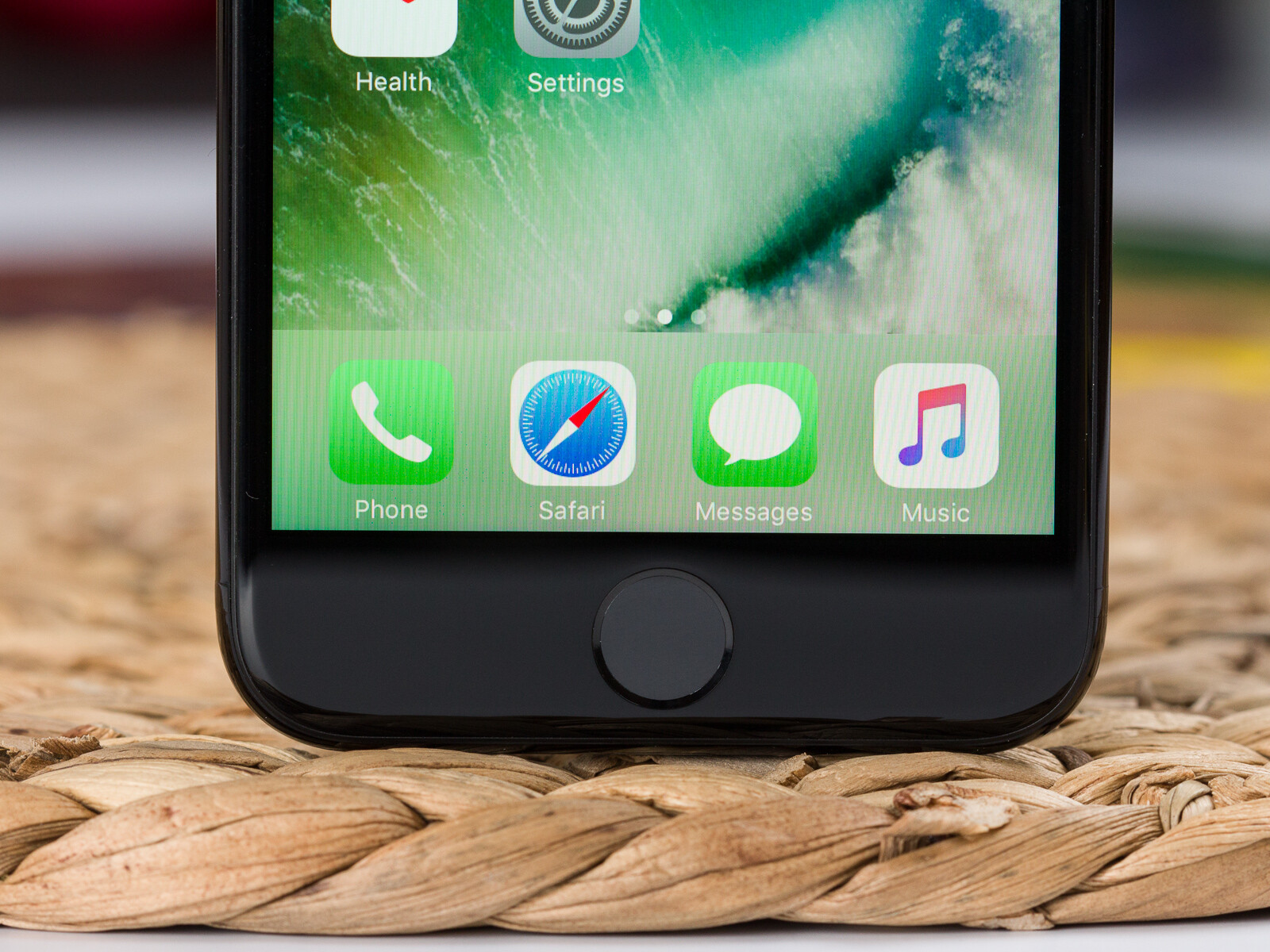 e4de562e76a639 The iPhone 7 in Jet black color - Apple iPhone 7 Review