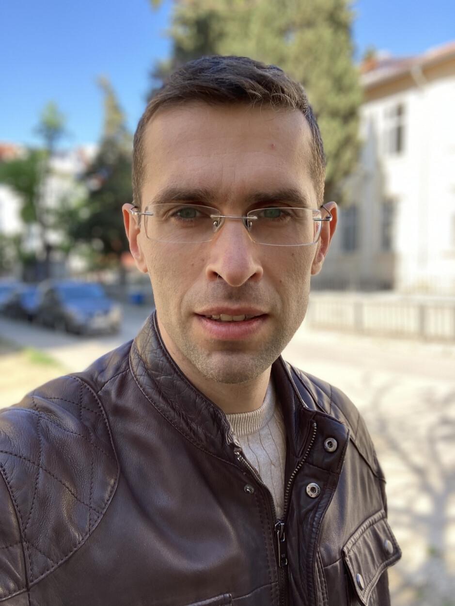 Portrait Mode Selfie - Apple iPhone SE (2020) Review