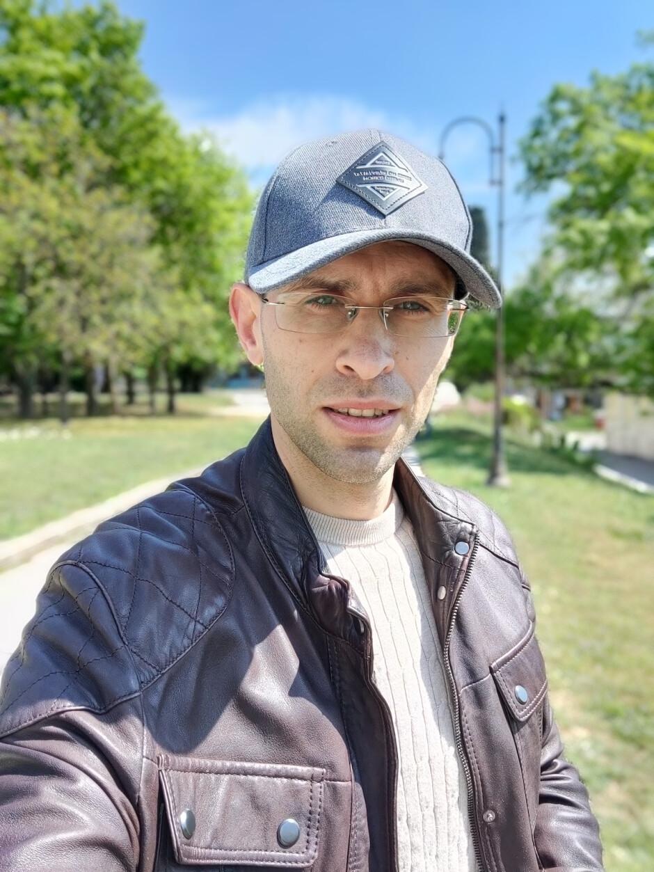 OnePlus 8 Selfie portrait - OnePlus 8 Pro vs OnePlus 8