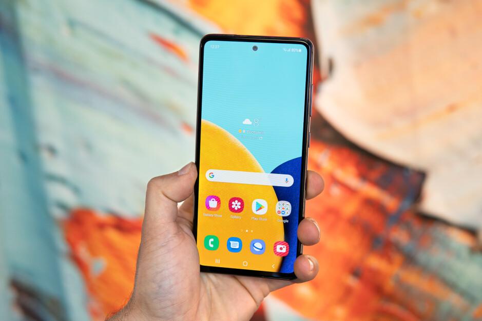 La parte anteriore del Galaxy A52 5G (mostrata qui) è identica all'A51 5G - Confronto Samsung Galaxy A52 5G vs Galaxy A51 5G