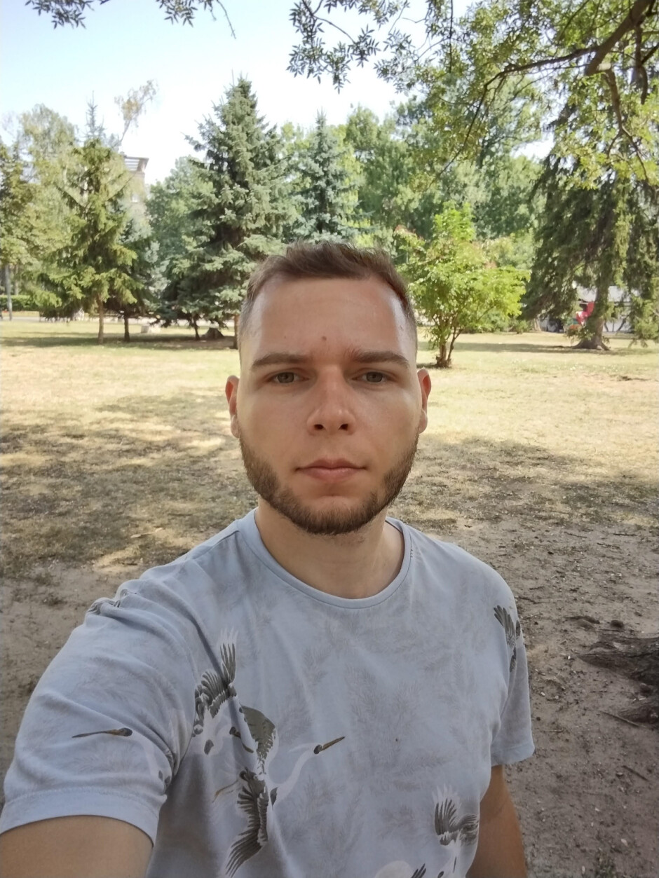 Front camera selfies - Motorola Defy (2021) review: no case required