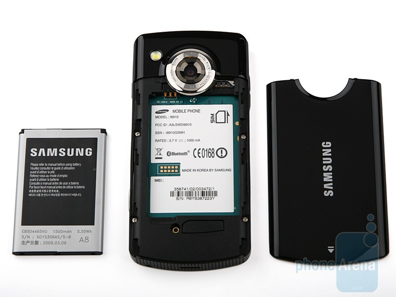 The plastic surface on the back of Samsung OMNIA HD i8910 is a fingerprint magnet - Samsung OMNIA HD i8910 Review