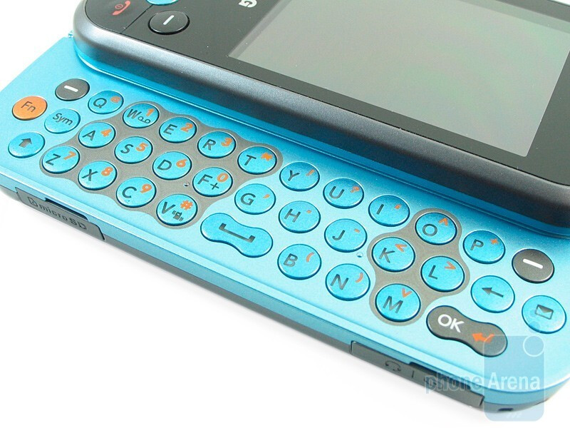 The full QWERTY keyboard of the LG Neon GT365 - LG Neon GT365 Review