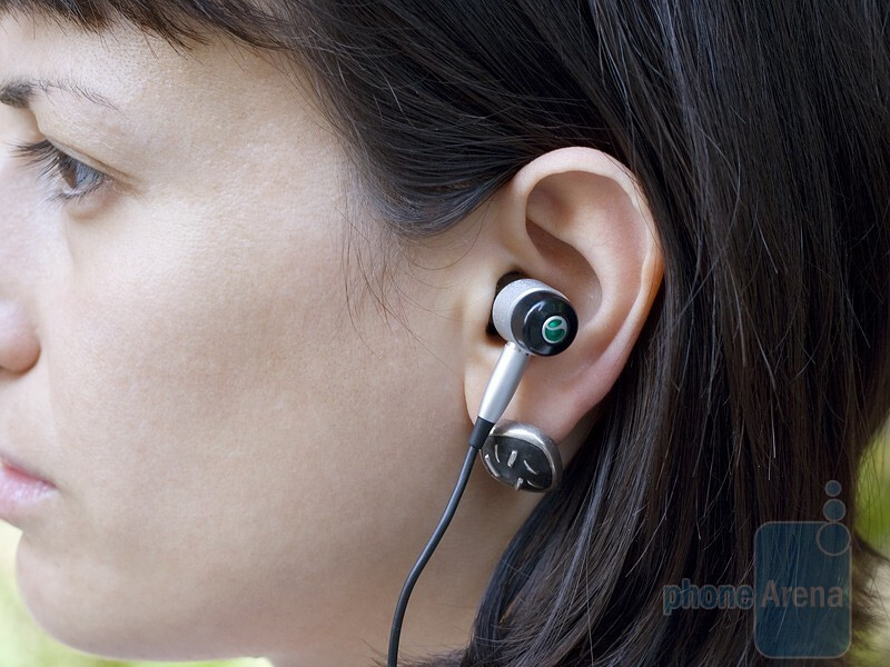 The strand of the cable of the Sony Ericsson HBH-IS800 sits behind your neck,but doesn't get in your way when you turn your head - Sony Ericsson HBH-IS800 Review