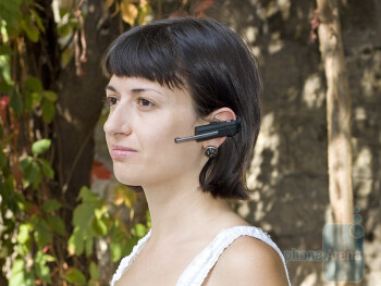 The Nokia BH-904 gets attached by a rubber U-shaped earhook - Nokia BH-904 Review