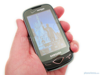 The Samsung Reality U820 feels comfortable due to its size and rounded edges - Samsung Reality U820 Review