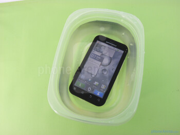 Underwater test of the Motorola DEFY - Motorola DEFY Review