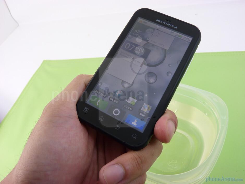 Underwater test of the Motorola DEFY - Motorola DEFY Review
