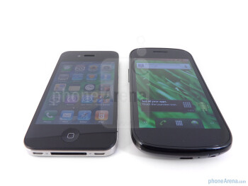 Viewing angles of the Apple iPhone 4 (L) and the Google Nexus S (R) - Google Nexus S vs Apple iPhone 4