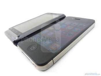 Viewing angles of the Motorola DROID 2 Global (L) and the Apple iPhone 4 (R) - Verizon iPhone 4 vs DROID 2 Global