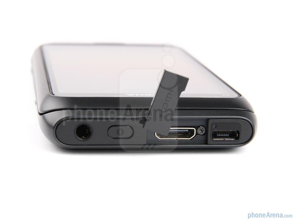 Top side - Nokia E7 Review