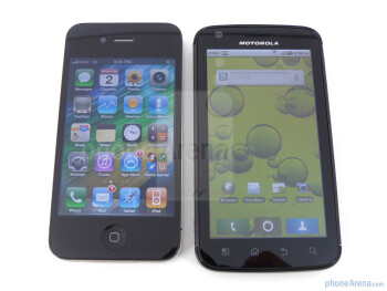 Viewing angles of the Motorola ATRIX 4G (right) and the Apple iPhone 4 (left) - Motorola ATRIX 4G vs Apple iPhone 4