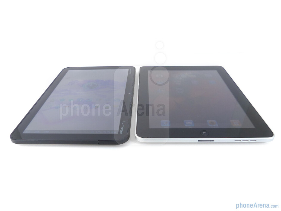 Viewing angles of the Motorola XOOM (L) and the Apple iPad (R) - Motorola XOOM vs Apple iPad