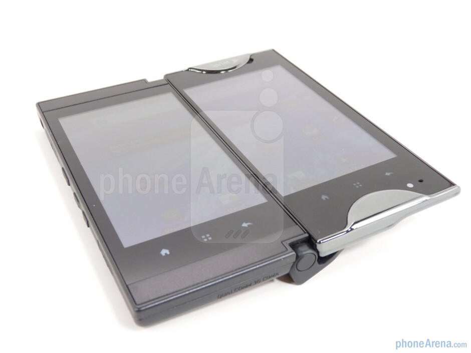 The hinge mechanism of the Kyocera Echo - Kyocera Echo Review
